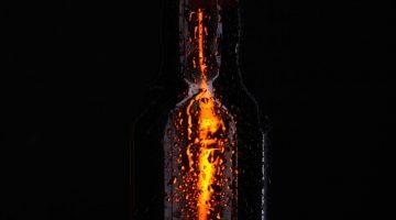 Бутылка пива свет