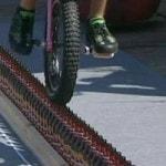 Мировой рекорд езды по пивным горлышкам