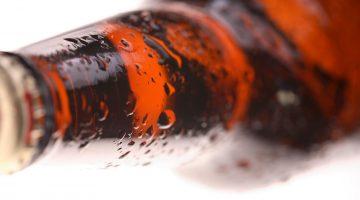 Бутылка пива лежит