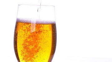 Пиво из бутылки в бокал