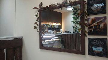 Зеркало и картины в баре