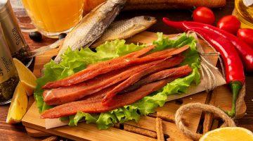 Большой выбор свежей копчёной и вяленой рыбы и рыбных снеков